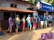 Fronta na bankomat. Agonda. Goa, Indie