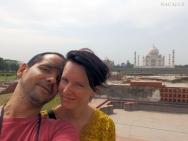Petra s Taj Mahal na pozadí
