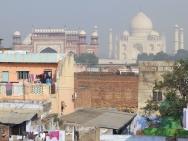 Pohled na Taj Mahal ze střechy hotelu. Agra, India