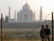 Taj Mahal z druhé strany řeky Yamuna - Agra, Indie