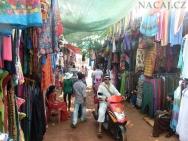 Trh poblíž Anjuna Beach pláže v Goa, Indie