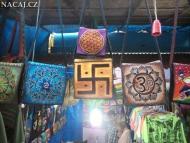 Barevné tašky na trhu. Arambol. Goa, Indie