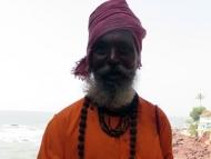 Žebravý mnich na útesu. Arambol, Goa