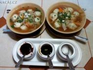 Vegetarianske tibetske momo v polévce