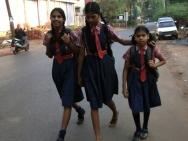 Dívky jdou do školy. Calangute, Goa - Indie