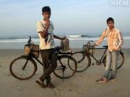 Chlapec prodává Masala Čaj na pláži v Calangute