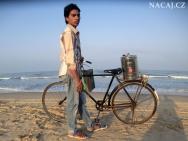 Chlapec prodává Masala Čaj na pláži