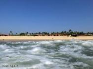 Moře a pláž v Calangute, Goa, Indie