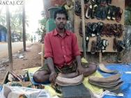 Výroba bot na ulici v Baga, Goa - Indie
