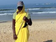 Indka uklízí odpadky na pláži v Calangute, Goa - Indie
