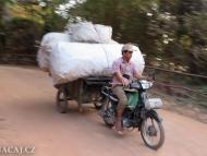 Nákladní motorka. Sihanoukville, Kambodža