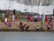 Indové u jezera. Pushkar, Rajastan, Indie