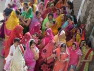 Barevná sárí v ulicích. Pushkar, Rajastan, Indie