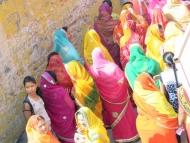 Barevné sárí v ulicích. Pushkar, Rajastan, Indie