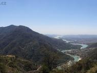 Reka Ganga uprostred hor - Rishikesh, Uttarakhand, Indie