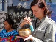 Petra Kvarčáková a tibetské mísy. Rishikesh, Uttarakhand, Indie
