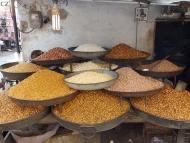 Pražené oříšky. Udaipur, Rajasthan, IIndie