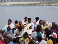 Lidé na lodi. Ganga, Varanasi, Uttar Prades