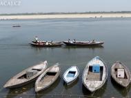 Loďky a Ganga. Varanasi, Uttar Prades