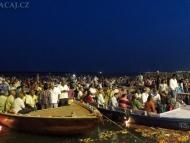 Indové pozorují rituální obřad z lodí. Varanasi, Indie