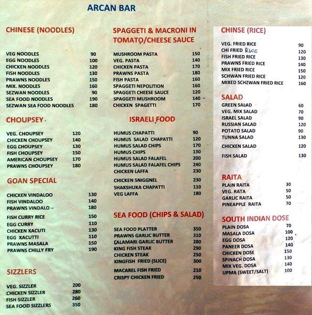 Ceny jídel v plážovách barech na pobřeží. Arambol, Indie