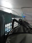 Detail uchycení batohu ve vlaku