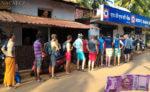 fronta na bankomat Indii.