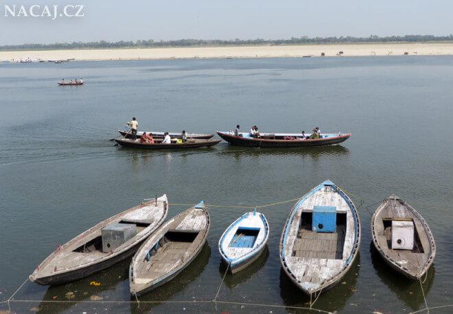 Loďky a Ganga. Varanasi Uttar Prades, Indie